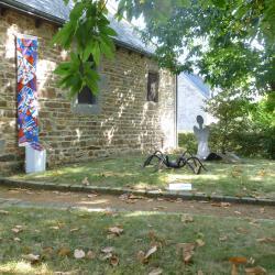Extérieur de la chapelle avec sculptures de Danielle Lebreton